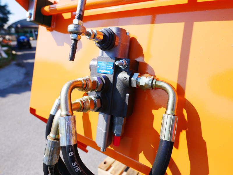 hydraulischer-holzhäcksler-mit-eigenölversorgung-für-traktor-mod-dk-1500