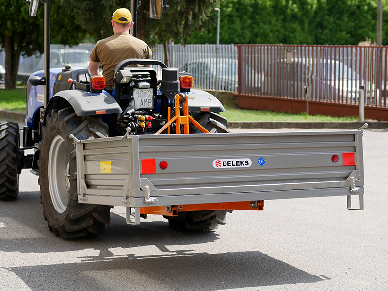 auskippbarer-heckcontainer-für-traktoren-mod-t-1800