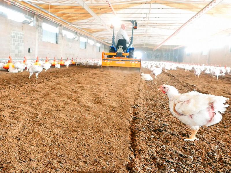 fräse-für-das-zerhacken-und-mischen-des-einstreu-von-geflügelfarmen-und-kühställe-deleks-markengelenkwelle-inkl
